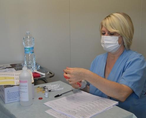 Vaccinazione volontari - preparazione dosi